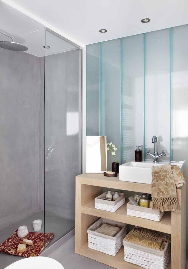 baño con zona de ducha de microcemento