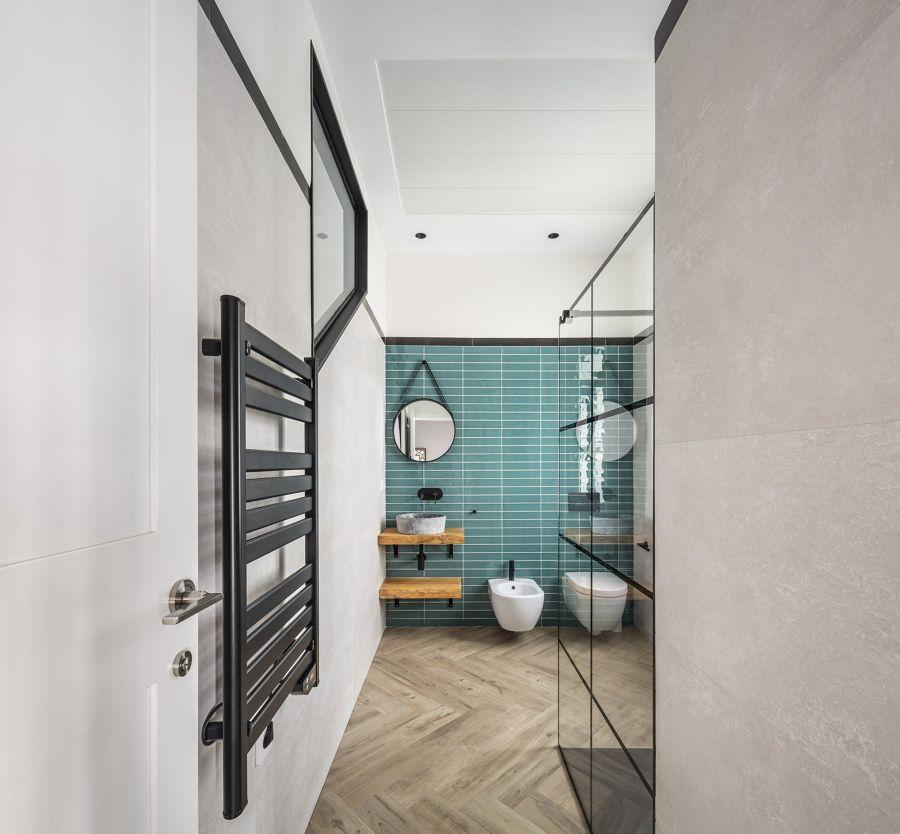 Baño de estilo moderno y azulejo en verde