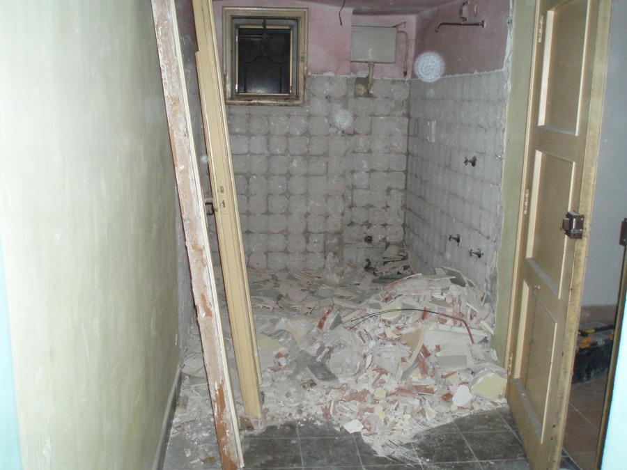 baño de la entrada en demolición