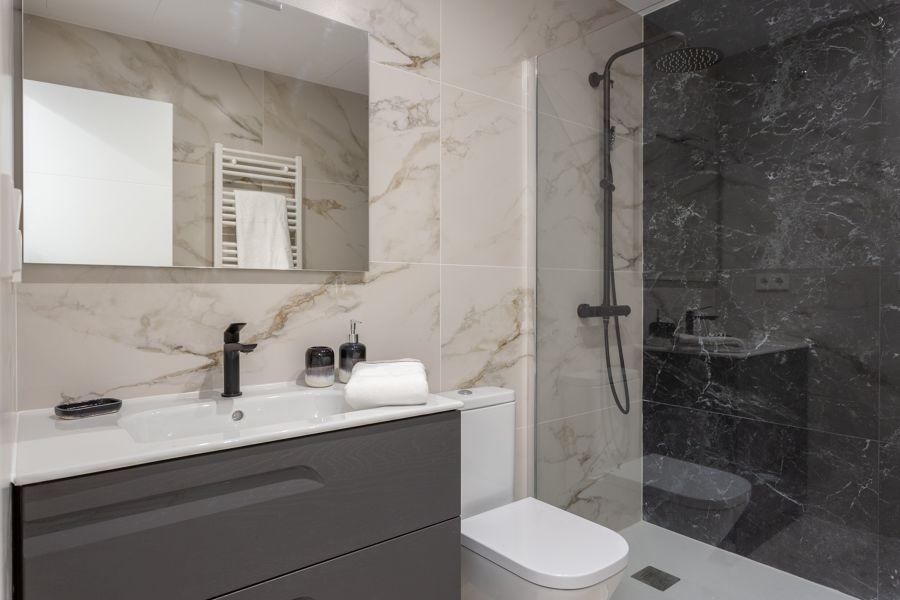 Baño de mármol con ducha