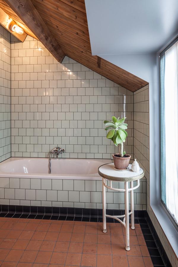 Baño de suelo y paredes alicatadas