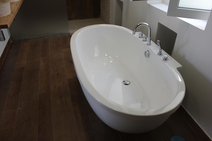 Baño dormitorio principal, bañera, revestimientos