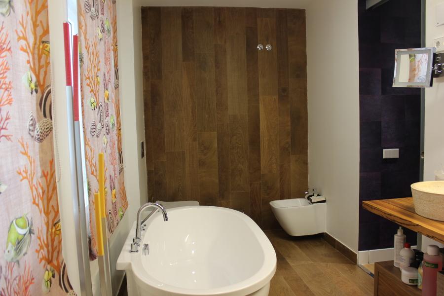 Baño dormitorio principal, bañera, revestimientos, saneamientos suspendidos