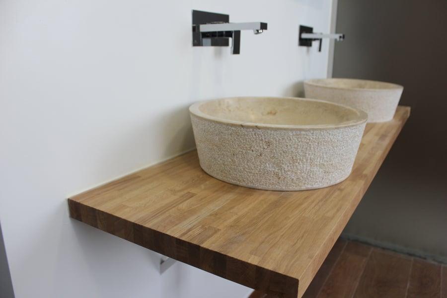 Baño dormitorio principal, lavabo de piedra y encimera de madera