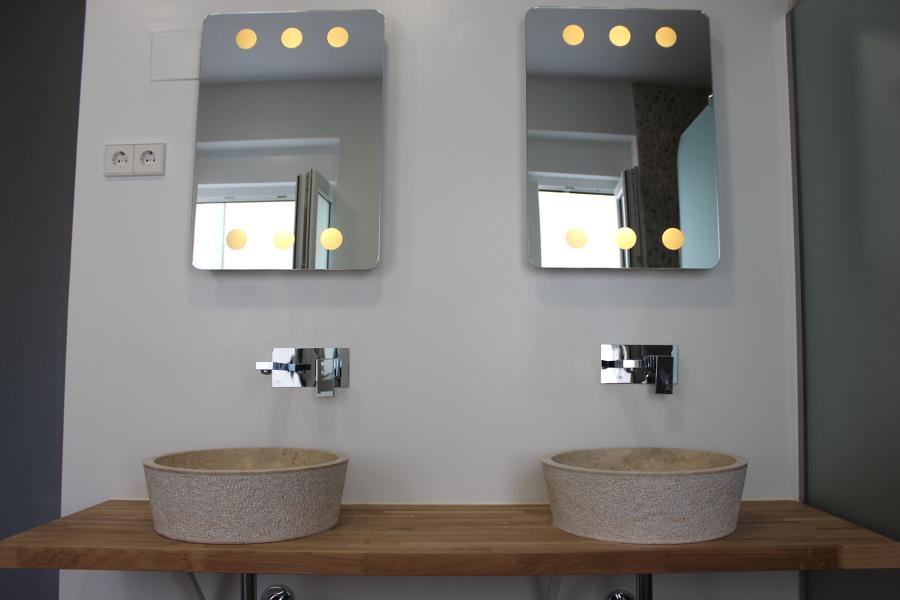 bao dormitorio principal lavabo de piedra y encimera de madera maciza y espejos
