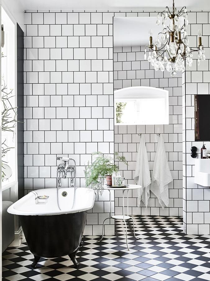 Baño en blanco y negro con bañera exenta