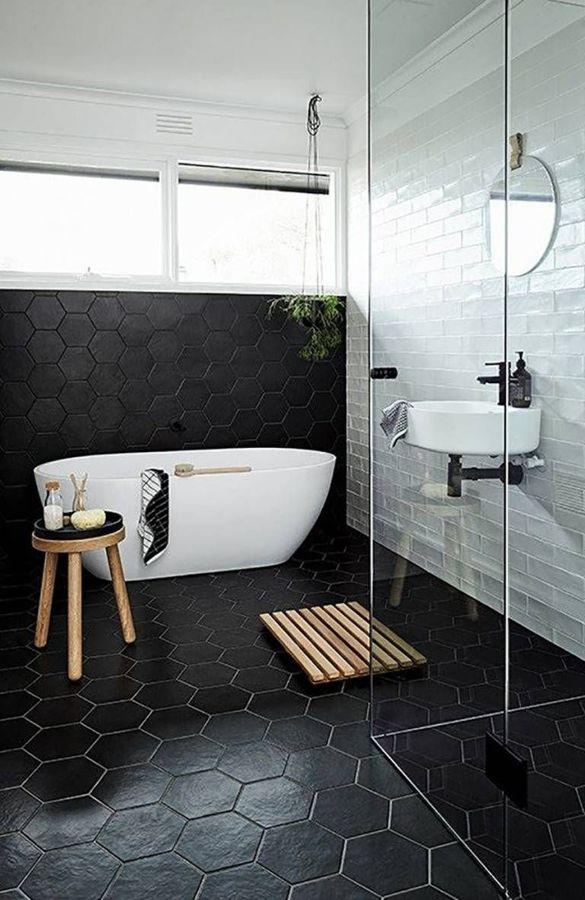 Baño en blanco y negro con bañera y ducha