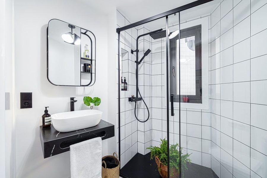 Baño en blanco y negro con ducha irregular