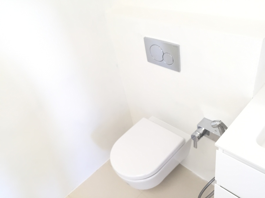 Baño en microcemento blanco
