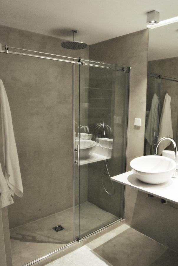 foto ba o en microcemento con ducha de obra de ako