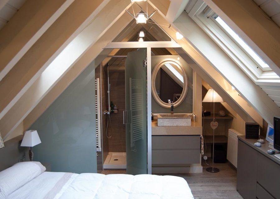 baño en suite con ventana de tejado