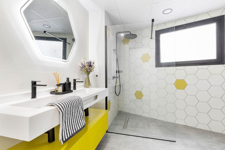 Baño estilo urbano con grifería en negro