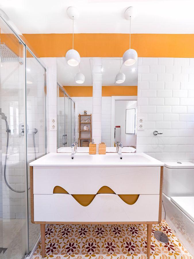 Baño estilo vintage en amarillo