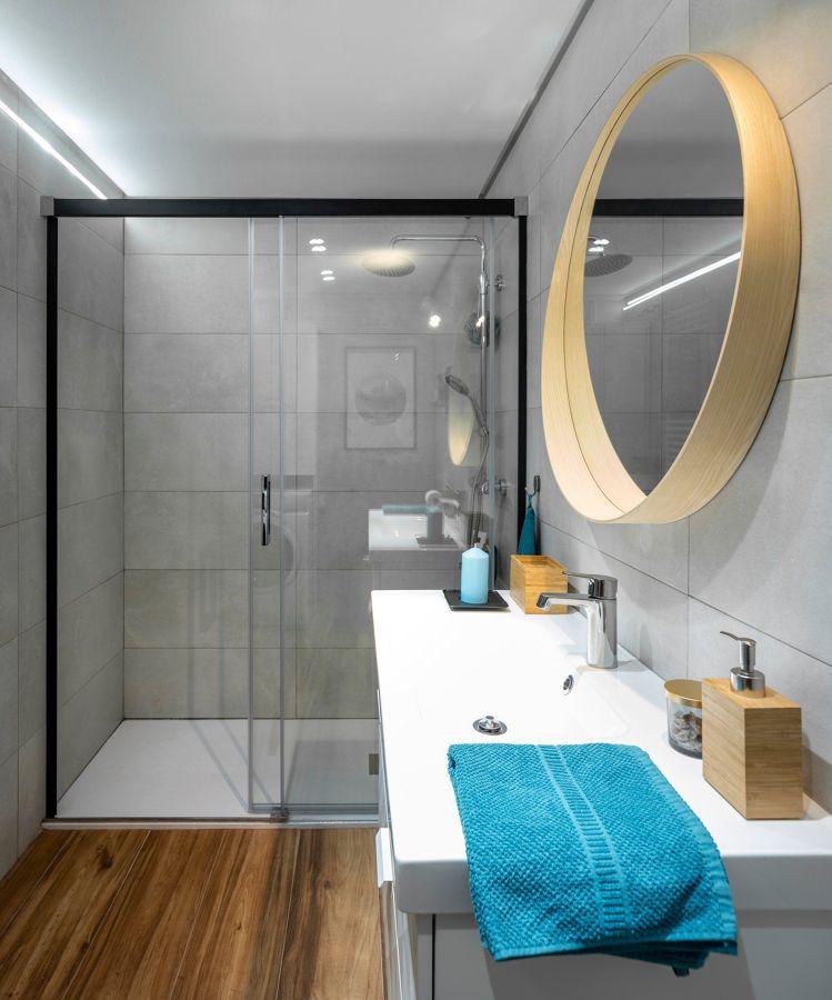 Baño estrecho con plato de ducha