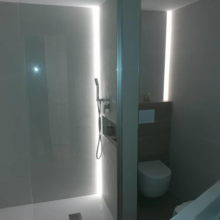 Baño general con luz led ducha y wc +wc suspendido
