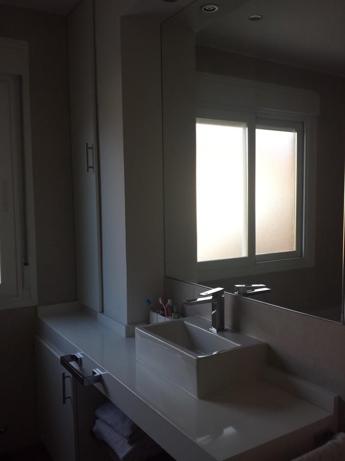 Baño Con Inodoro Separado:Baño completo con plato de ducha de resina, bañera, inodoro separado