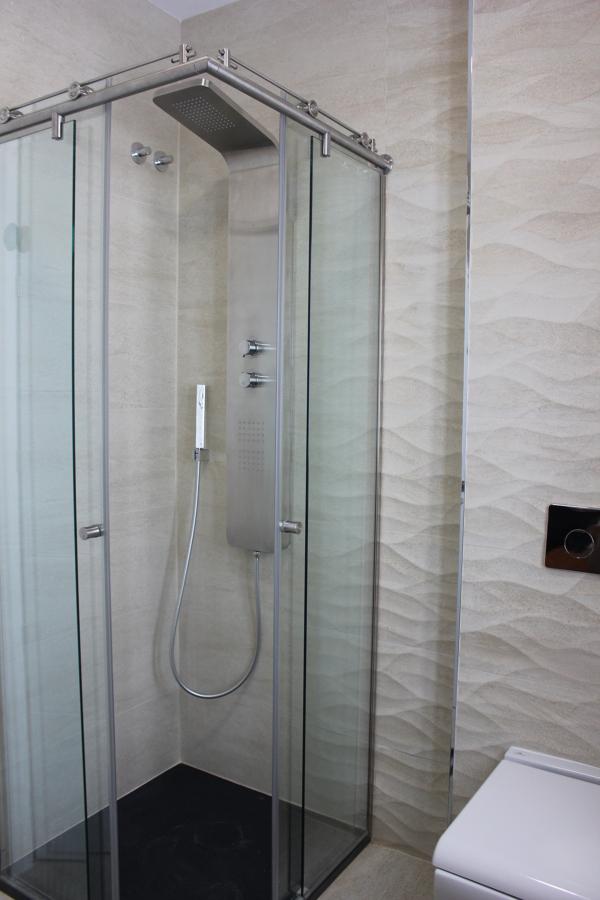 Foto ba o invitados revestimiento ducha sanitario for Revestimiento ducha