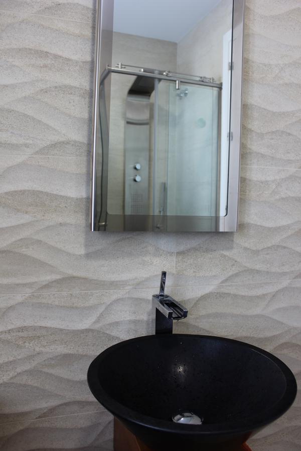 Baño invitados, revestimiento, lavabo, griferia, espejo, ducha