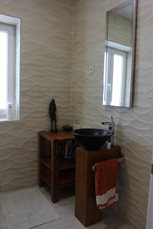 Baño invitados, revestimiento, lavabo, griferia, espejo, mobiliario
