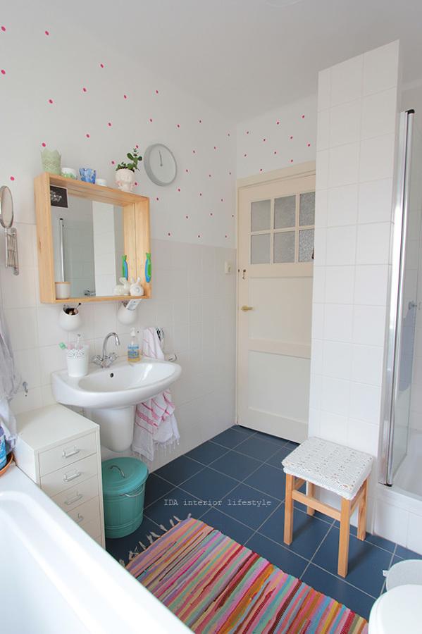 Baño luminoso con detalles en pared