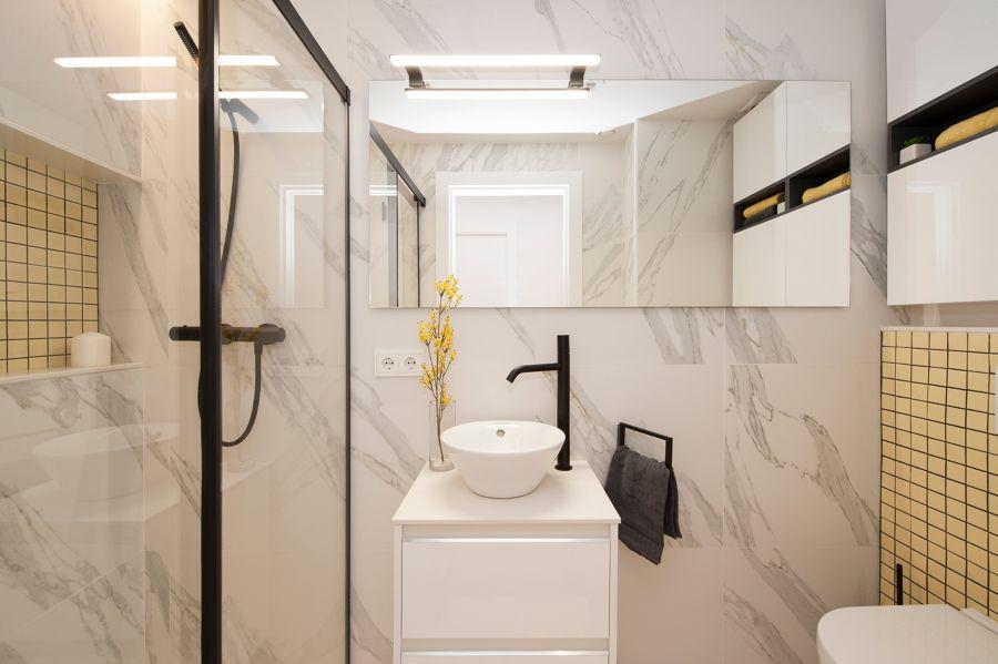 Baño mármol minimalista