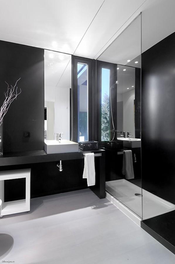 baño minimalista en blanco y negro