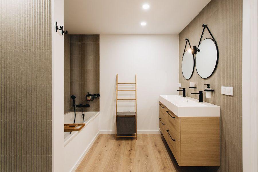 Baño minimalista con bañera.