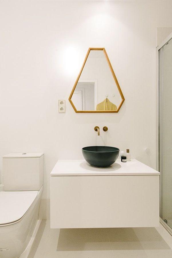Baño minimalista con espejo original