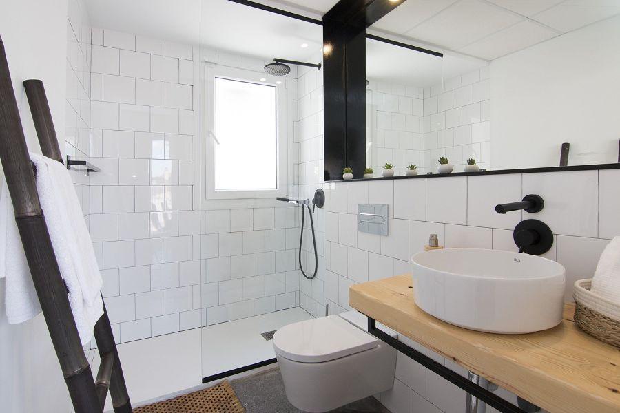 Baño minimalista moderno con encimera de madera