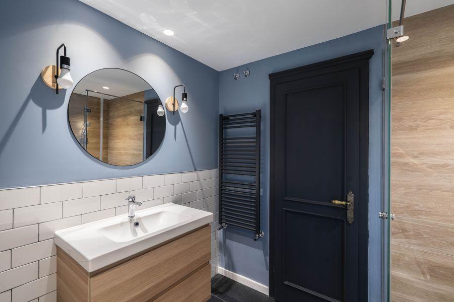 Baño moderno con azulejo tipo metro y puerta negra