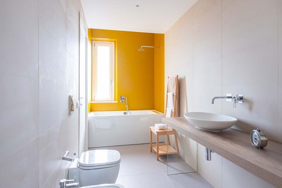 Baño moderno con bañera blanco y amarillo neón