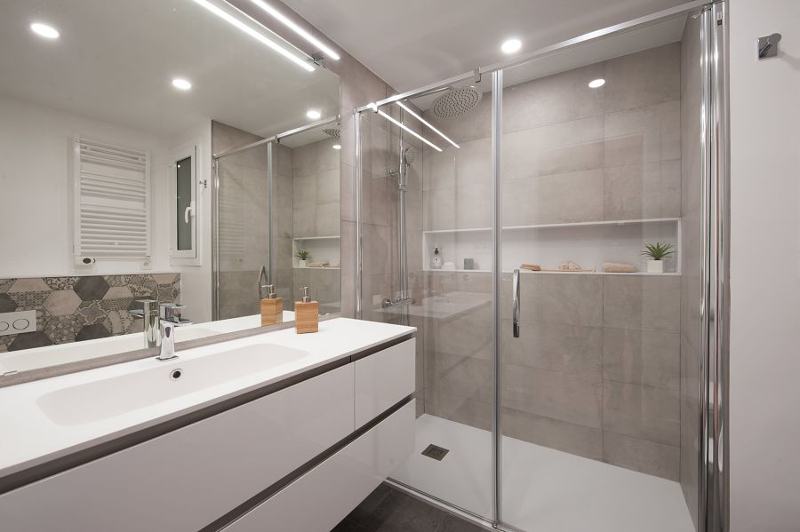 Baño moderno con ducha y mampara de cristal