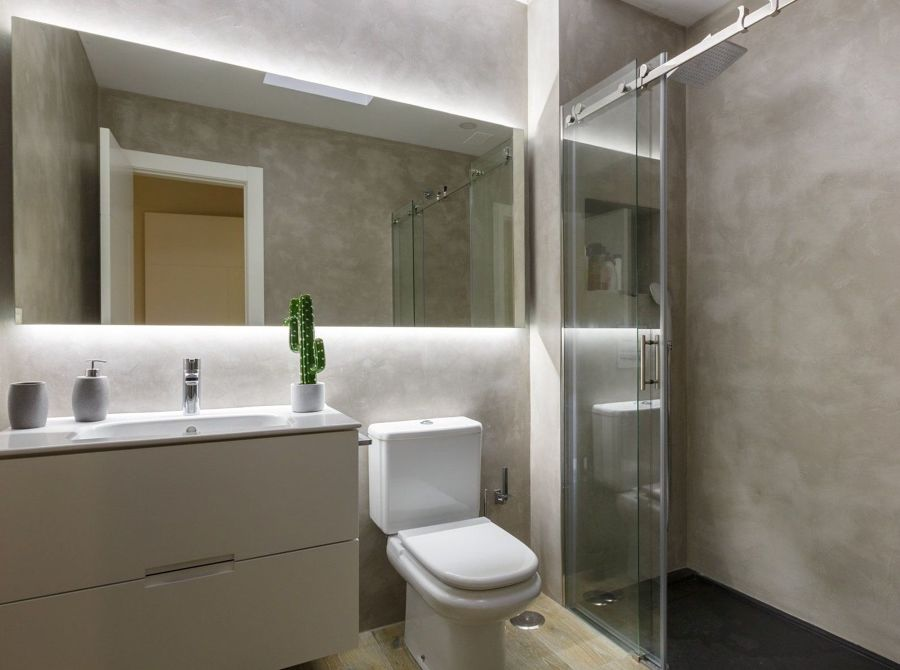 Baño moderno con ducha y microcemento