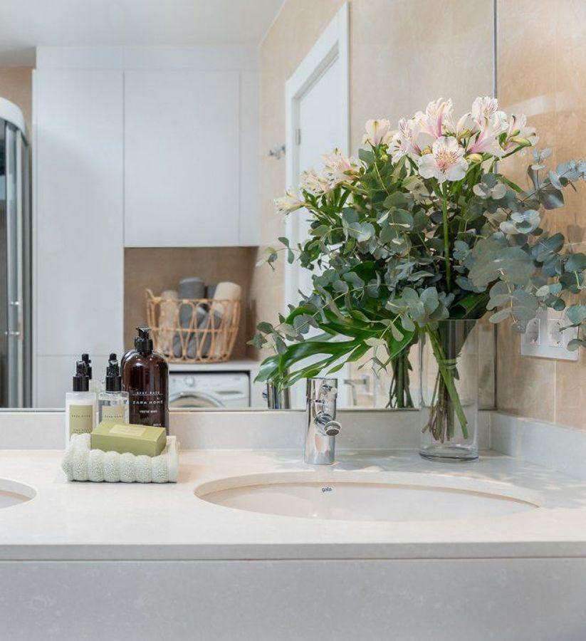 Baño moderno con lavabo encastrado