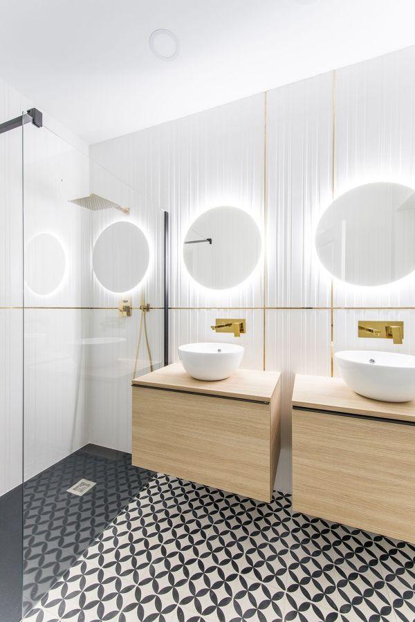 Baño moderno con luz incrustada en espejo