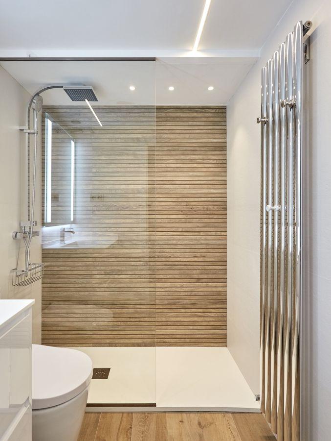 baño moderno con panel fijo y radiador toallero