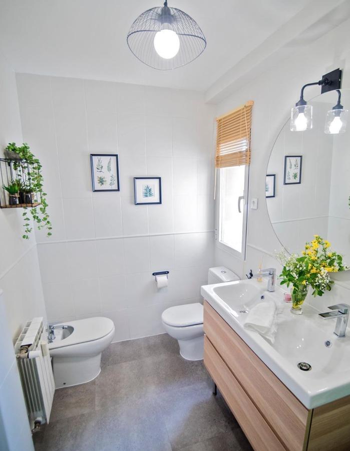 Baño moderno con pintura de azulejos