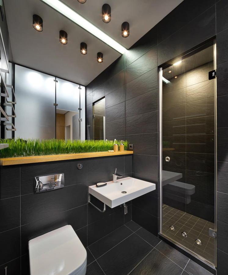 Baño moderno con porcelánico negro y paredes de vidrio