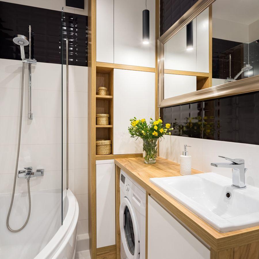 Baño pequeño con bañera y lavadora