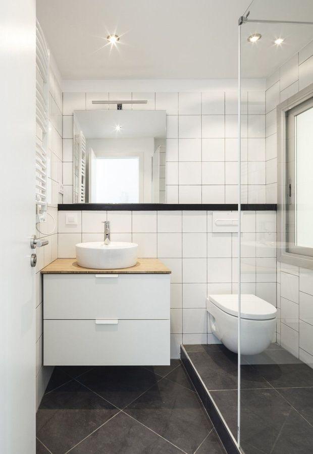 Baño pequeño con ducha y mampara transparente