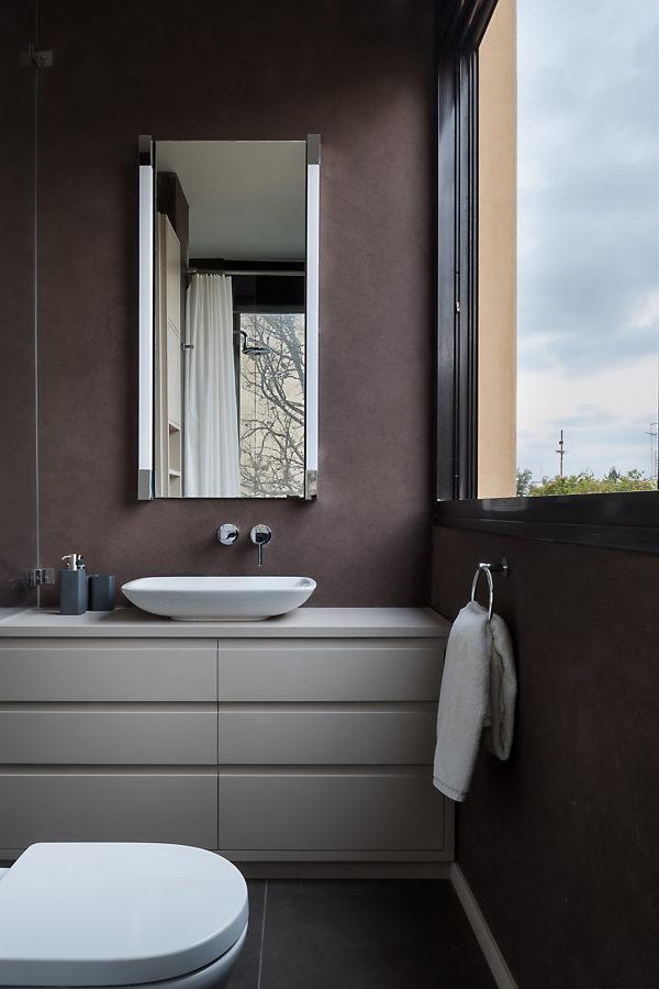 baño pequeño con gran ventana