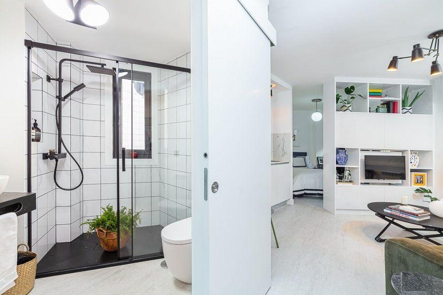Baño pequeño con plato de ducha y mampara