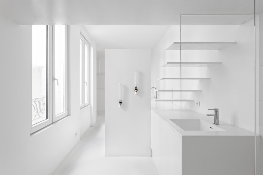 baño pintado de blanco