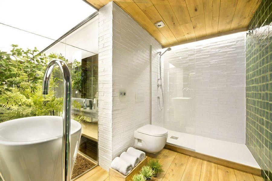 Baño porcelánico y madera