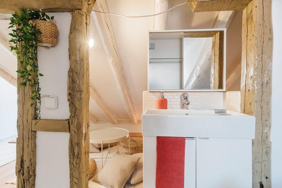 Baño rústico con vigas de madera