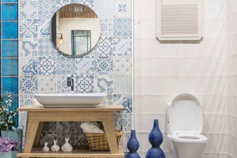 Baño sin ventana con revestimientos blancos e hidraúlicos