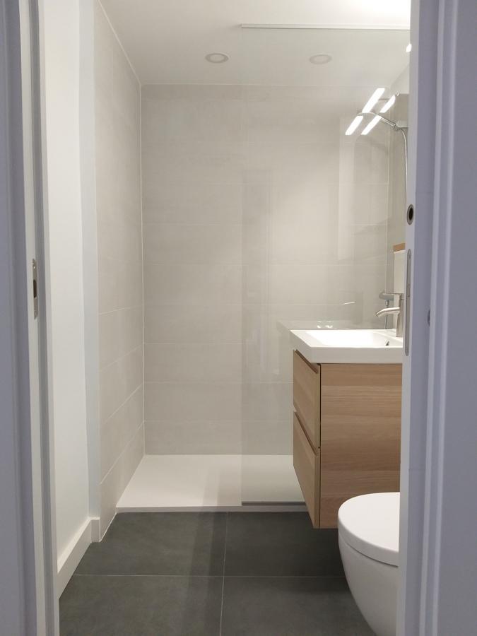 Baño terminado con puerta Corredera empotrada