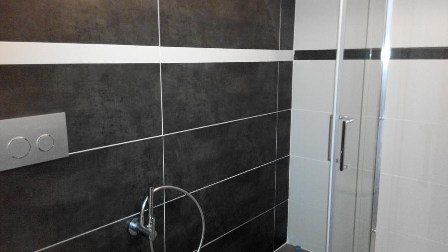 Baños Grises Modernos:Foto: Baño Terminado Moderno a 2 Colores Contrastes en Cromo Blanco y