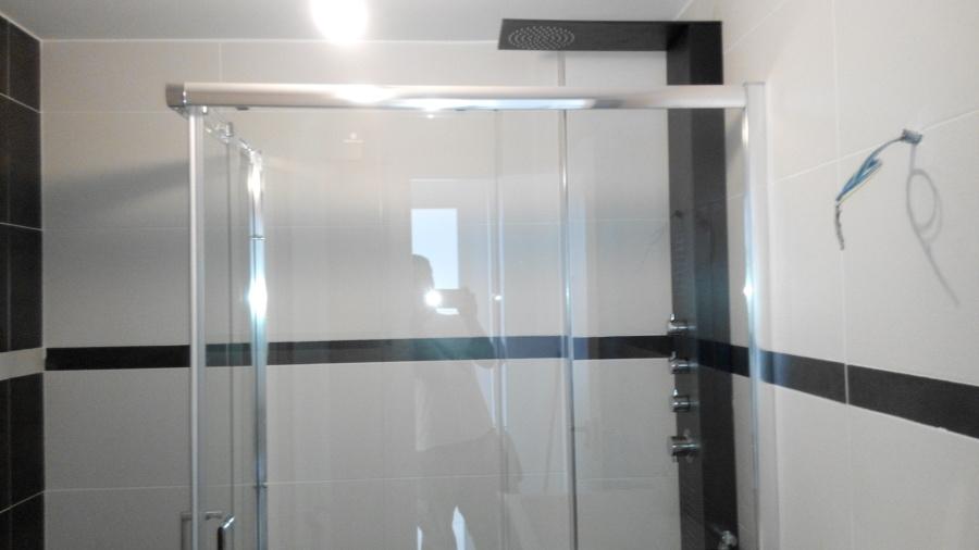 baño terminado moderno a 2 colores contrastes en cromo blanco y negro
