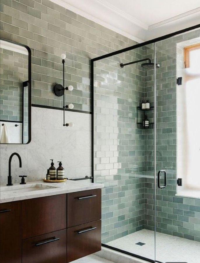 Baño vintage con azulejos pintados en verde